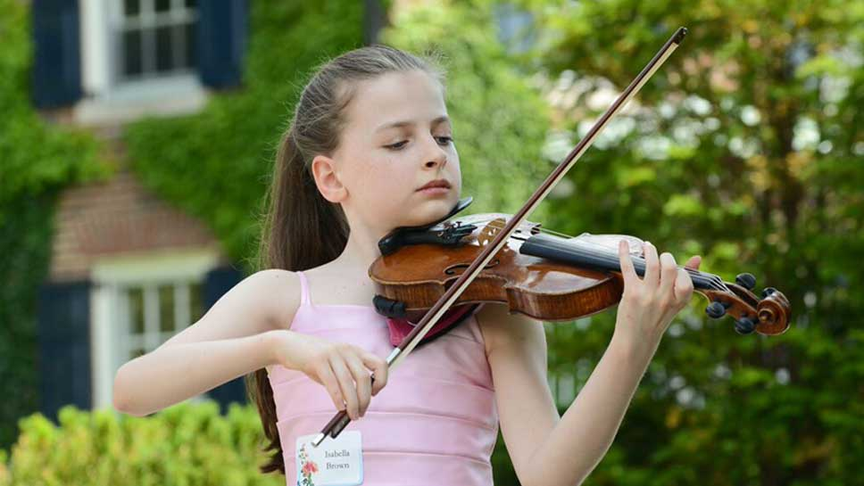 Young violinist from Music Institute of Chicago, Isabella Brown