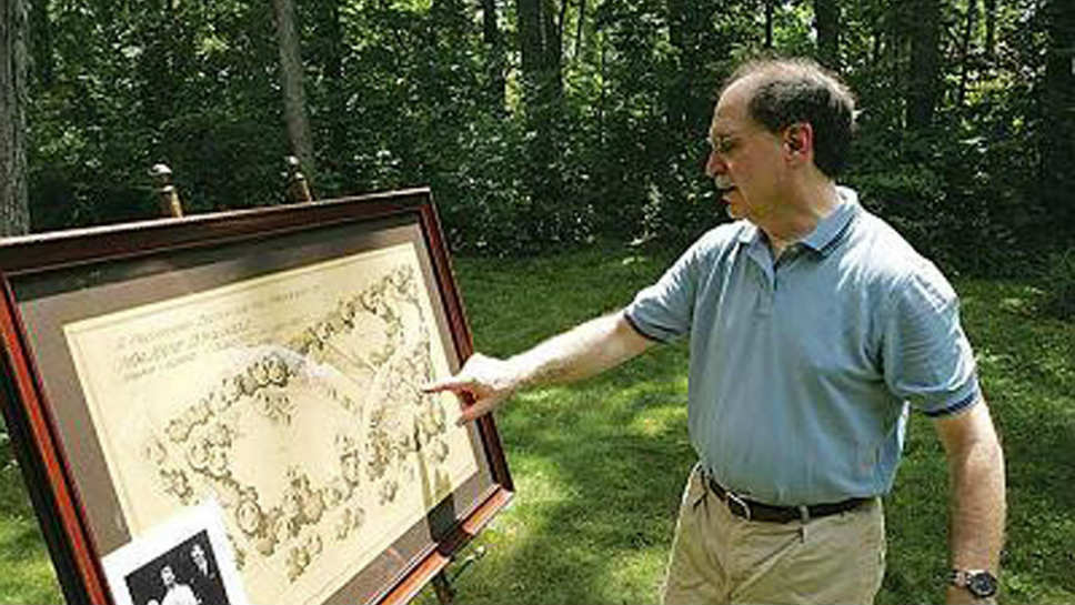 Elliott Miller conducting a Ravinia Garden Walk; photo courtesy of Elliott Miller.