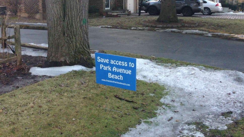 """Save Access to Park Avenue Beach"" signs are appearing on lawns in Highland Park"