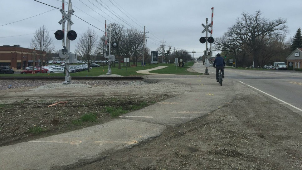 The existing bike path touches the road at the Union Pacific railroad tracks. Photo courtesy of Lake County Department of transportation.